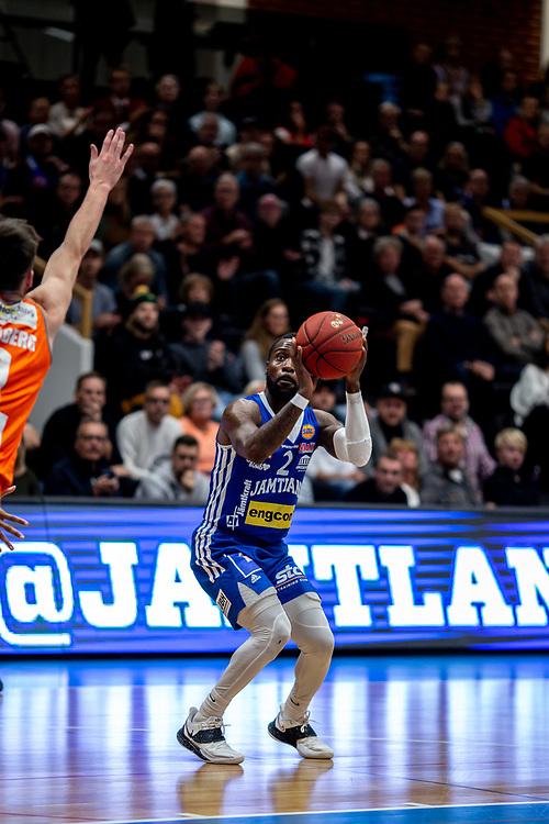 ÖSTERSUND 20211007<br /> Jämtlands CJ Wilson laddar för skott under torsdagens match i basketligan mellan Jämtland Basket och Norrköping Dolphins.<br /> Foto: Per Danielsson / Projekt.P