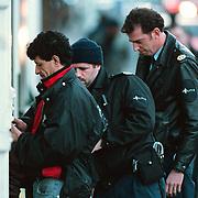 Peter Antheunissen (met pet) en Paul de Kloet politie Den Haag fouillieren een junk