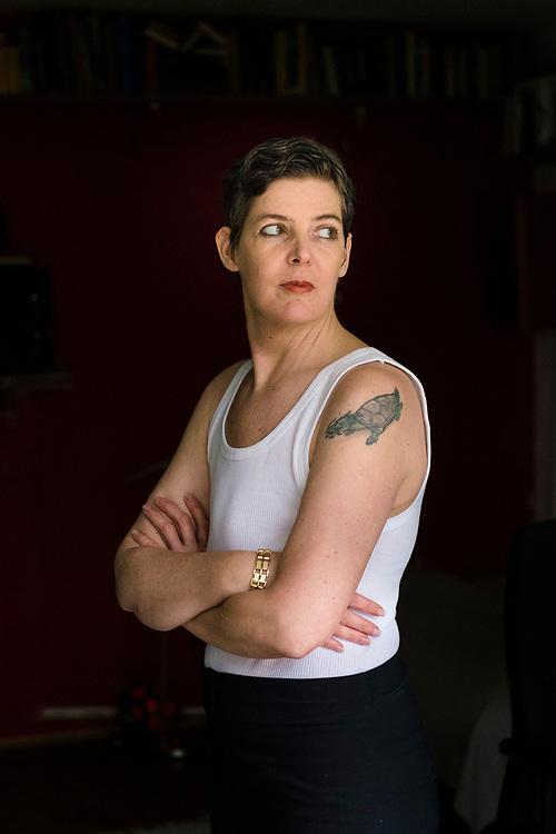 Annette im Rippenunterhemd – sie ist im Frieden damit, keine Brüste mehr zu haben
