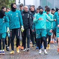 17.11.2020, Trainingsgelaende am wohninvest WESERSTADION - Platz 12, Bremen, GER, 1.FBL, Werder Bremen Training<br /> <br /> <br /> Die Spieler kommen am Dienstag morgen zum Training<br /> Leonardo Bittencourt  (Werder Bremen #10)<br /> Stefanos Kapino (Werder Bremen #27)<br /> Christian Vander (Torwart-Trainer SV Werder Bremen)<br /> Ömer / Oemer Toprak (Werder Bremen #21)<br /> Milot Rashica (Werder Bremen #07)<br /> <br /> <br /> <br /> Foto © nordphoto / Kokenge
