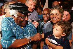 O ex-arcebispo da Igreja anglicana da Africa do Sul e Premio Nobel da Paz, Desmond Tutu abencoa uma crianca durante a marcha pela paz nas ruas de Porto Alegre commo atividade na 9ª Assembleia do Conselho Mundial de Igrejas (CMI) que acontece de 14 a 23 de fevereiro.  FOTO: Jefferson Bernardes/Preview.com