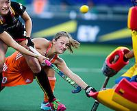 DEN HAAG - Kelly Jonker probeert te scoren met links de Belgische Aline Fobe tijdens de wedstrijd tussen de vrouwen van Nederland en Belgie voor de World Cup hockey 2014. ANP KOEN SUYK