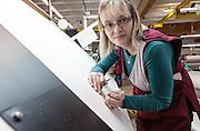 Lyon, Atelier Hermès, Bussière -dipartimento della Loire- nell'Atelier della tessitura, Severine al comtrollo qualità del cachemere