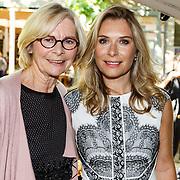 NLD/Amsterdam/20150909 - Uitreiking Mamma of The Year Awards, Elle van Rijn met haar moeder