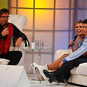 NLD/Hilversum/20110128 - Live show Sterren Dansen op het IJs2011, Jenny Smit  en partner Ryan Schollert op de bank bij Gerard Joling