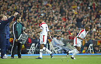 Fotball<br /> Privatlandskamp<br /> Spania v England<br /> 17. november 2004<br /> Foto: Digitalsport<br /> NORWAY ONLY<br /> A chorus of rascist chanting greets England's Ashley Cole as he is substituted, and the boos egt louder as he is replaced by Jermain Defoe (r)