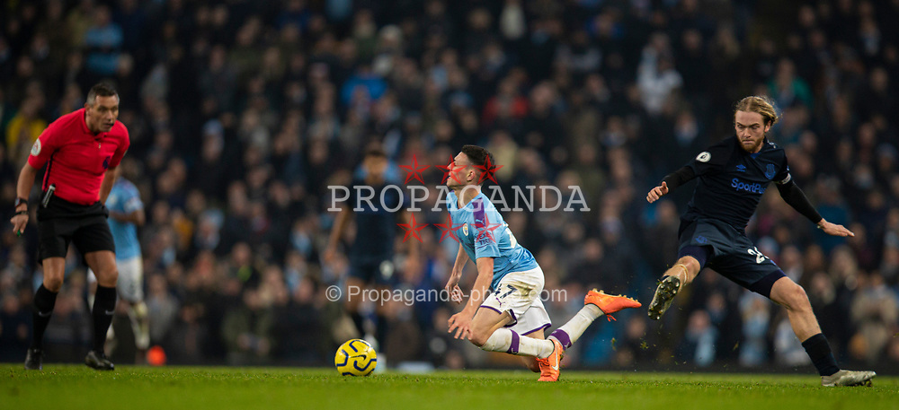 MANCHESTER, ENGLAND - Wednesday, January 1, 2020: Manchester City's Phil Foden (R) is tackled by Everton's Tom Davies during the FA Premier League match between Manchester City FC and Everton FC at the City of Manchester Stadium. (Pic by David Rawcliffe/Propaganda)