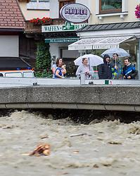 31.07.2014, Salzachbrücke, Mittersill, AUT, Hochwasser in Oesterreich, Salzburg, im Bild Schaulustige bei der Sperre der Salzachbrücke. Donnerstagfrüh lag der Pegelstand der Salzach in Mittersill bei 5,17 Metern. EXPA Pictures © 2014, PhotoCredit: EXPA/ JFK