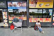 Spanje, Vlencia, 4-11-2019Op het centrale busstation van deze grote stad komen en gaan bussen naar veel andere steden in het land. Het reizen met de bus is in spanje een goedkoop alternatief . Er zijn verschillende busmaatschappijen . Mensen wachten of nemen afscheid . Chauffeurs roken nog even een een sigaret . Reizen met de bus, autobus . Foto: Flip Franssen