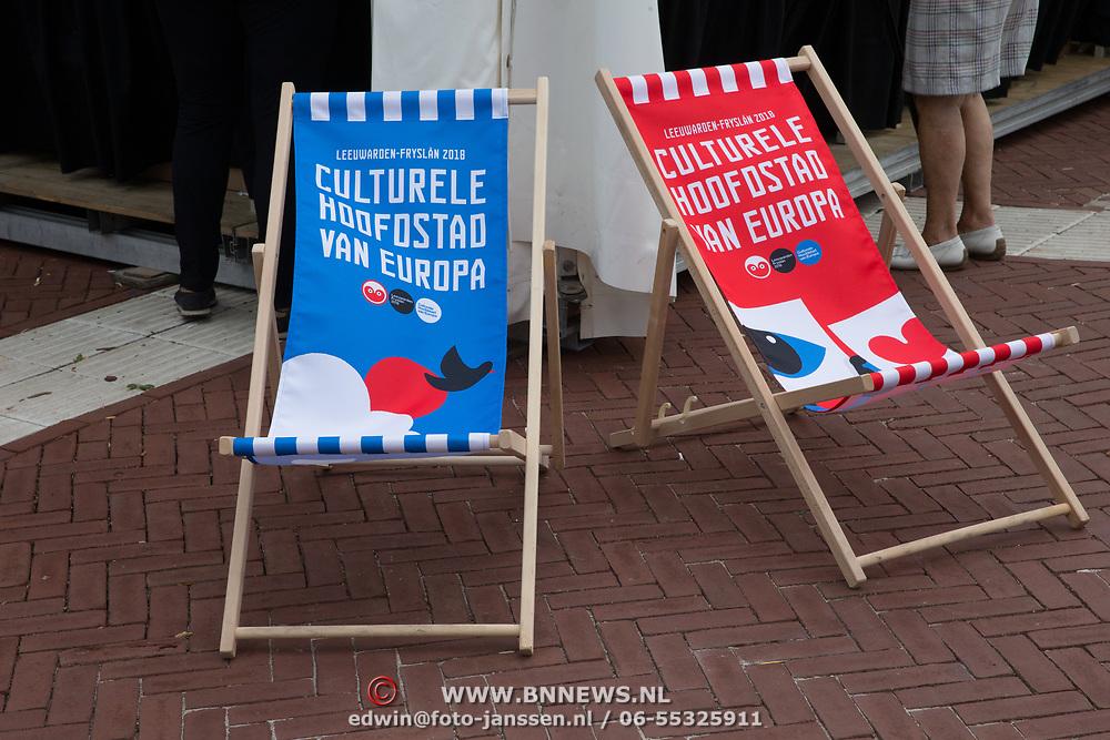 NLD/Leeuwarden/20180818 - De Reuzen van Royal de Luxe trekken door Leeuwarden, Strandstoeltjes Culturele Hoofdstad van Europa