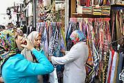Turkije, Istanbul, 4-6-2011Straatbeeld. Markt, bazar, bazaar. Vrouwen kijken naar hoofddoekjes.Foto: Flip Franssen