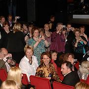 NLD/Utrecht/20060319 - Gala van het Nederlandse lied 2006, vele fans fotograferen Marco Borsato
