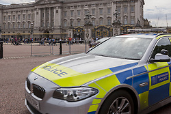 August 26, 2017 - London, England, United Kingdom - Strong presence of Metropolitan Police in front of Buckingham Palace, London on August 26, 2017. Threat rose after a terror suspect has been captured in front of royal property last night. (Credit Image: © Dominika Zarzycka/NurPhoto via ZUMA Press)
