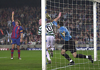 Fotball<br /> Foto: SBI/Digitalsport<br /> NORWAY ONLY<br /> <br /> Barcelona v Celtic<br /> UEFA Champions League. 24/11/2004.<br /> <br /> Celtic's John Hartson (C) looks round to see the linesman's verdict of his equaliser as Victor Valdes (R) and Carles Puyol appeal in vain.