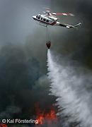 V. 03. Valencia, 13/08/2004. Un helicoptero hecha agua sobre el incendio que arrasa desde anoche la Sierra Calderona en el que se han quemado unas setecientas hectáreas y han sido desalojadas alrededor de 6.000 personas desde anoche. EFE / Kai Försterling.