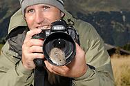 Szenen aus der Reportage über Schneemäuse, v.a. Fallenstellen, in der Nähe des Jochs oberhalb Churwalden bei einem idealen Lebensraum. Die Schneemaus (Chionomys nivalis) ist ein Säugetier aus der Unterfamilie der Wühlmäuse (Arvicolinae). Diese relativ große und langschwänzige Wühlmaus bewohnt die Gebirge im südlichen Europa und in Vorderasien bis in 4700 m Höhe und kommt auch in den Alpen vor.
