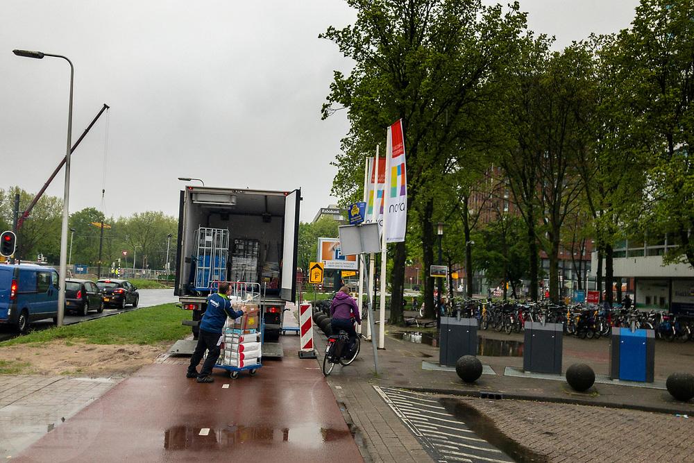 Een vrachtwagen blokkeert het hele fietspad bij winkelcentrum Utrecht Overvecht om te lossen.<br /> <br /> A truck is blocking the bike lane at Utrecht Overvecht.