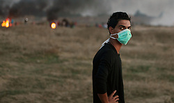 17.10.2015, Gaza city, PSE, Gewalt zwischen Palästinensern und Israelis, im Bild Zusammenstösse zwischen Palästinensischen Demonstranten und Israelischen Sicherheitskräfte // Palestinian protesters clash with Israeli security forces near the border between Israel and Central Gaza Strip east of Bureij on October 17, 2015. At least 40 Palestinians and seven Israelis have died in more than two weeks of unrest, which was in part triggered by Palestinians' anger over what they see as increased Jewish encroachment on Jerusalem's al-Aqsa mosque compound, Palestine on 2015/10/17. EXPA Pictures © 2015, PhotoCredit: EXPA/ APAimages/ Ashraf Amra<br /> <br /> *****ATTENTION - for AUT, GER, SUI, ITA, POL, CRO, SRB only*****
