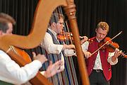 Äff-tam-tam-Musikanten auf der Bühne, Volksmusik, Bayerischer Wald, Bayern, Deutschland | Äff-tam-tam folk band on stage, Bavarian Forest, Bavaria, Germany
