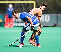 ROTTERDAM -  Pepijn Luijkx (Kampong) met Benjamin Stanzl (Oranje-Rood) tijdens de wedstrijd om de derde plaats , Kampong- Oranje Rood , bij de ABN AMRO cup. COPYRIGHT KOEN SUYK