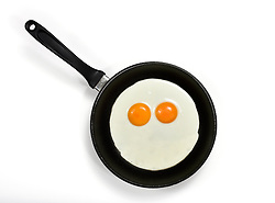 THEMENBILD - Spiegeleier in Pfanne als Gesicht mit Augen // Fried eggs in frying pan as a face with eyes. EXPA Pictures © 2015, PhotoCredit: EXPA/ Eibner-Pressefoto/ Weber<br /> <br /> *****ATTENTION - OUT of GER*****
