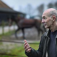 Nederland, Orvelte , 11 januari 2012..De schijver Gerard Koolschijn wandelend door het Drenthse dorpje Orvelte..Foto:Jean-Pierre Jans