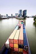 Europa, Deutschland, Duesseldorf, der Medienhafen, Hyatt Regency Hotel, Containerschiff.<br /> <br /> Europe, Germany, Duesseldorf, the Medienhafen (Media harbour), Hyatt Regency Hotel, container vessel.