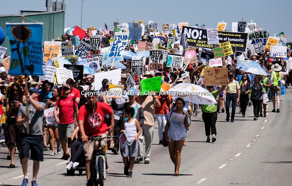4月29日,美国加利福尼亚州洛杉矶,大批群众参与「人民气候游行」。当天,美国多个城巿有民众趁总统特朗普就任一百日上街游行,反对特朗普对气候变化的态度。新华社发 (赵汉荣摄)<br /> People participate in a climate change awareness march and rally, in Los Angeles, the United States, Saturday, April 29, 2017. The gathering was among many others of its kind held nationwide marking President Donald Trump's 100th day in office. (Xinhua/Zhao Hanrong)(Photo by Ringo Chiu/PHOTOFORMULA.com)<br /> <br /> Usage Notes: This content is intended for editorial use only. For other uses, additional clearances may be required.