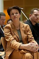 """08 NOV 2003, BERLIN/GERMANY:<br /> Nina Hauer, MdB, SPD, Sprecherkreis Netzwerk, Diskussionsveranstaltung unter dem Motto """"Die neue SPD: Meschen staerken. Wege oeffnen."""" zur Vorstellung eines Entwurfs fuer ein neues Grundsatzprogramm der SPD von SPD Bundestagsabgeordneten des Netzwerks, Willy-Brandt-Haus<br /> IMAGE: 20031108-01-078"""