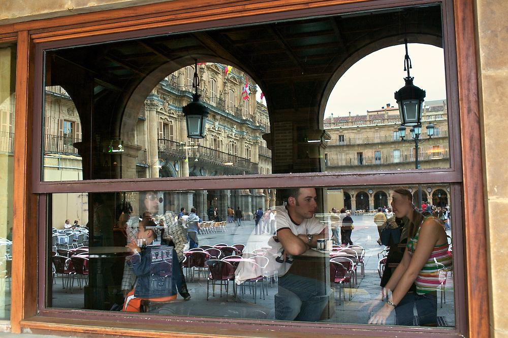 España. Castilla-La Mancha. Salamanca <br /> Escaparate del Café Real en la Plaza Mayor<br /> <br /> © JOAN COSTA
