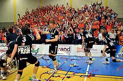 14-04-2012 VOLLEYBAL: FINAL PLAY-OFFS LANGHENKEL VOLLEY - AMBIANT LYCURGUS: DOETINCHEM<br /> Langhenkel Volley kampioen van Nederland en viert dit met het publiek<br /> ©2012-FotoHoogendoorn.nl