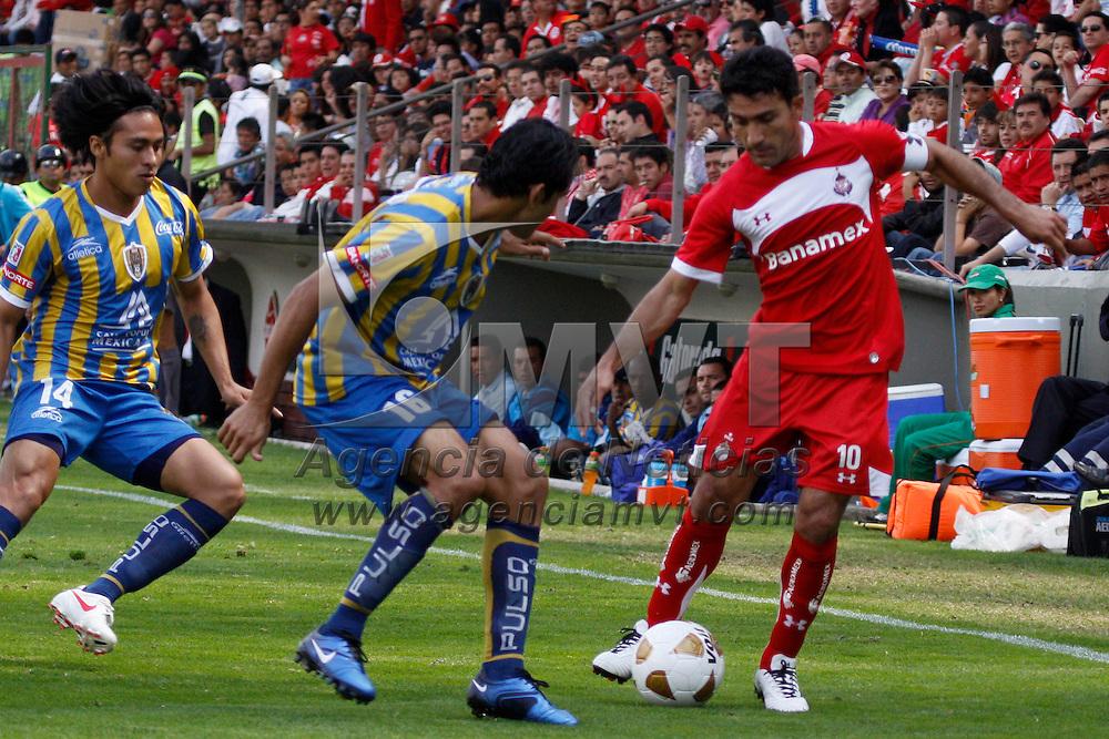 TOLUCA, México.- Antonio Naelson, Sergio Ponce y  Noé Maya en el encuentro correspondiente a la jornada 15 del Torneo Apertura 2010, Toluca sufrió la derrota ante el equipo de San Luis con un marcador de 2-1. Agencia MVT / Crisanta Espinosa. (DIGITAL)