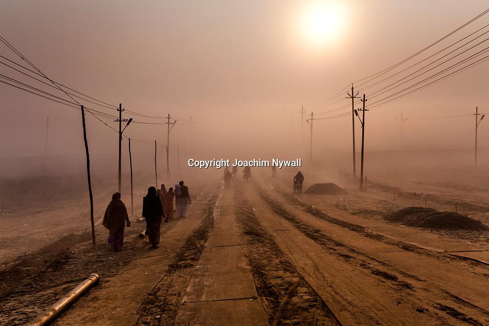 20160106 Allahabad Uttar Pradesh<br /> Pilgrimmer som vandrar i dimman vid Sangam.<br /> <br /> <br /> ----<br /> FOTO : JOACHIM NYWALL KOD 0708840825_1<br /> COPYRIGHT JOACHIM NYWALL<br /> <br /> ***BETALBILD***<br /> Redovisas till <br /> NYWALL MEDIA AB<br /> Strandgatan 30<br /> 461 31 Trollhättan<br /> Prislista enl BLF , om inget annat avtalas.