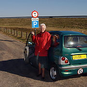 Mw. Klein met haar wagen bij bord Stichtseweg Blaricum, verboden voor gemotoriseerd verkeer