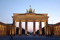 22 APR 2003, BERLIN/GERMANY:<br /> Brandenburger Tor, abends, beleuchtet nach Sonnenuntergang<br /> IMAGE: 20030422-02-006<br /> KEYWORDS: Nachtaufnahme, Abend, Nacht