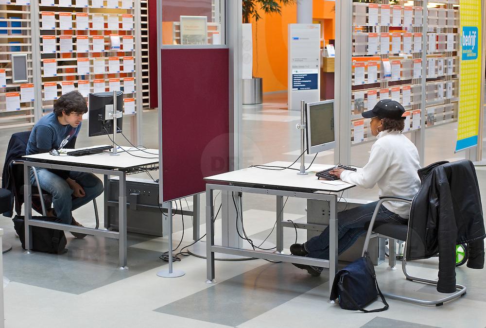 Nederland Rotterdam 26-03-2009 20090326 Foto: David Rozing ..Serie UWV, Serie UWV, allochtone vrouw en man bekijkt digitale digitaal vacatures op de computer. UWV Werkbedrijf lokatie Schiekade centrum Rotterdam, de vroegere arbeidsbureaus ( CWI UWV ) De werkloosheid in Nederland begint op te lopen. Dat blijkt uit de jongste cijfers die het Centraal Bureau voor de Statistiek (CBS) de oorzaak is de krediet crisis Holland, The Netherlands, dutch, Pays Bas, Europe,  , allochtoon, allochtone, vrouw, meid, jonge, jonge,  allochtonen, , digitaal, digitale, browsen, surfen naar, online, inschrijven, inschrijving, . ., economische, financien, financiele, krimp, krimpen, nederlandse, economy.Foto: David Rozing