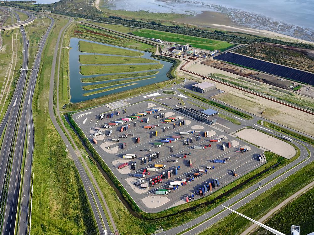 Nederland, Zuid-Holland, Rotterdam, 14-09-2019; Tweede Maasvlakte (MV2),  Maasvlakte Plaza, Routiers Maasvlakte, Hormuzstraat. Maasvlakte Plaza Truck Parking P2.<br /> Second Maasvlakte (MV2), Maasvlakte Plaza, Routiers Maasvlakte, Hormuzstraat. Maasvlakte Plaza Truck Parking P2.<br /> <br /> luchtfoto (toeslag op standard tarieven);<br /> aerial photo (additional fee required);<br /> copyright foto/photo Siebe Swart