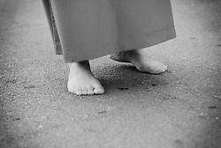 Reportage sulla processione del venerdi santo a Gallipoli...un confratello cammina a piedi scalzi seguendo la processione