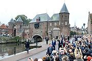 Koningspaar brengt streekbezoek aan regio Eemland in de provincie Utrecht. Tijdens het bezoek staat het stroomgebied van de rivier de Eem centraal.<br /> <br /> The Royal couple brings regional visits to the region of Eemland in the province of Utrecht. During the visit, the river Eem is central<br /> <br /> Op de foto/On the photo:  Aankomst van Koning Willem Alexander en Koningin Maxima bij De Koppelpoort in Amersfoort<br /> <br /> Arrival of King Willem Alexander and Queen Maxima at De Koppelpoort in Amersfoort
