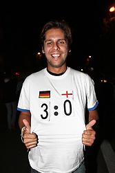 23.06.2010, Leopoldstrasse Schwabing, Muenchen, GER, FIFA Worldcup, Fanfeier nach Ghana vs Deutschland,  im Bild Fan mit T-Shirt Deutschland England  , EXPA Pictures © 2010, PhotoCredit: EXPA/ nph/  Straubmeier