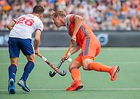 AMSTELVEEN - Floris Wortelboer (Ned) met James Gall (GBR)   tijdens de wedstrijd om de 3e plaats ,   Nederland-Groot Brittannie (5-3),  bij  de Pro League Grand Final hockeywedstrijd heren..COPYRIGHT KOEN SUYK