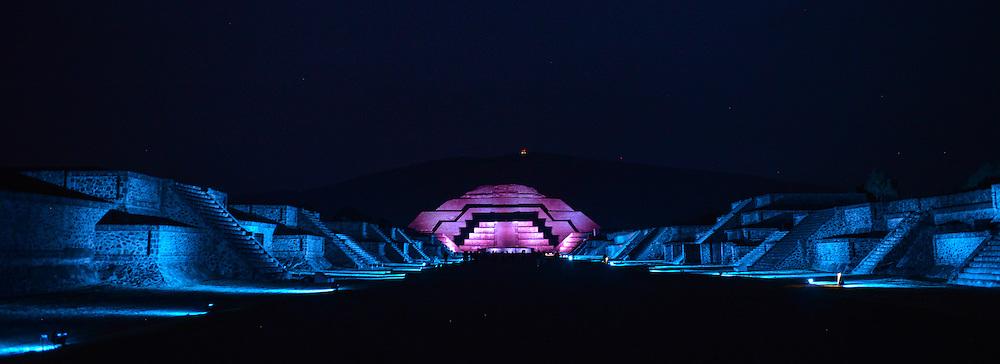 """Teotihuacan, Mexico.- La calzada de los muertos y al fondo la piramide de la Luna lucen iluminadas durante el espectáculo multimedia de luz y sonido denominado """"Experiencia nocturna"""" en la zona arqueológica de Teotihuacán. Agencia MVT / Mario Vazquez de la Torre."""