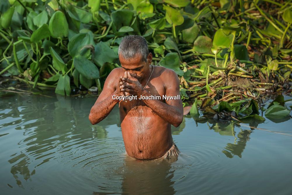 20181101 Kolkata Westbengal Indien<br /> Malik Ghat flowemarket blomstermarknaden<br /> Man som tar ett morgondopp i Ganges<br /> Puja<br /> ----<br /> FOTO : JOACHIM NYWALL KOD 0708840825_1<br /> COPYRIGHT JOACHIM NYWALL<br /> <br /> ***BETALBILD***<br /> Redovisas till <br /> NYWALL MEDIA AB<br /> Strandgatan 30<br /> 461 31 Trollhättan<br /> Prislista enl BLF , om inget annat avtalas.