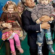 NLD/Amsterdam/20120219 - Premiere Sprookjesboom de Film, Emile Ratelband en partner Moon van Buuren en kinderen