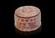 Minoan cylindrical pyxis with lid (jewel box) with incised decoration, Knossos 1900-1800 BC; Heraklion Archaeological  Museum. .<br /> <br /> If you prefer to buy from our ALAMY PHOTO LIBRARY  Collection visit : https://www.alamy.com/portfolio/paul-williams-funkystock/minoan-art-artefacts.html . Type -   Heraklion   - into the LOWER SEARCH WITHIN GALLERY box. Refine search by adding background colour, place, museum etc<br /> <br /> Visit our MINOAN ART PHOTO COLLECTIONS for more photos to download  as wall art prints https://funkystock.photoshelter.com/gallery-collection/Ancient-Minoans-Art-Artefacts-Antiquities-Historic-Places-Pictures-Images-of/C0000ricT2SU_M9w