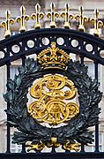 Londyn, 2009-03-06. Herb królewski na bramie rezydencji brytyjskich monarchów, Buckingham Palace.