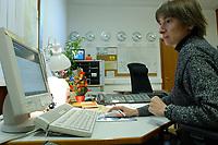 14 DEC 2001, BERLIN/GERMANY:<br /> Adelheid Schubert, Mitarbeiterin des Auswaertigen Amtes im Buero des Beamten vom Dienst, Krisenreaktionszentrum, Lagezentrum, Auswaertiges Amt<br /> IMAGE: 20011214-01-003<br /> KEYWORDS: Auswärtiges Amt