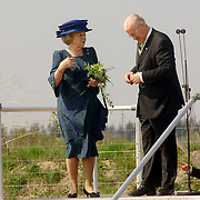 NLD/Hilversum/20060503 - HM de Koninging Beatrix opent de langste natuurbrug ter wereld : Natuurbrug Zanderij Crailo in Hilversum, P.J.M. Poelmann, Voorzitter Stichting Gooisch Natuurreservaat