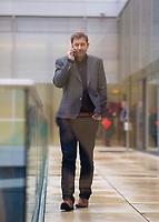 DEU, Deutschland, Germany, Berlin, 10.03.2020: SPD-Generalsekretär Lars Klingbeil telefoniert am Rande einer Fraktionssitzung im Deutschen Bundestag.