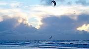 Sprong van kitesurfer op zee, Den Haag- Jump from kitesurfer on sea, The Hague, Netherlands